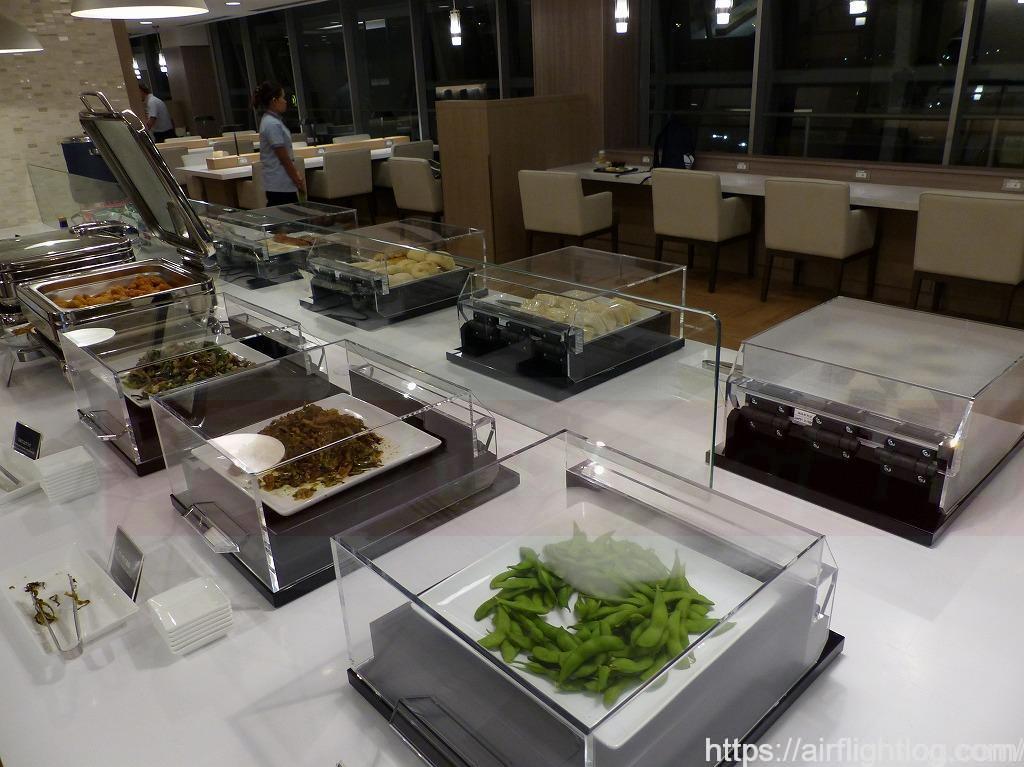 バンコク・スワンナプームJALサクララウンジ軽食テーブル