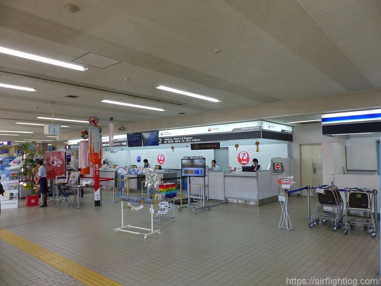 小松空港JALチェックインカウンター