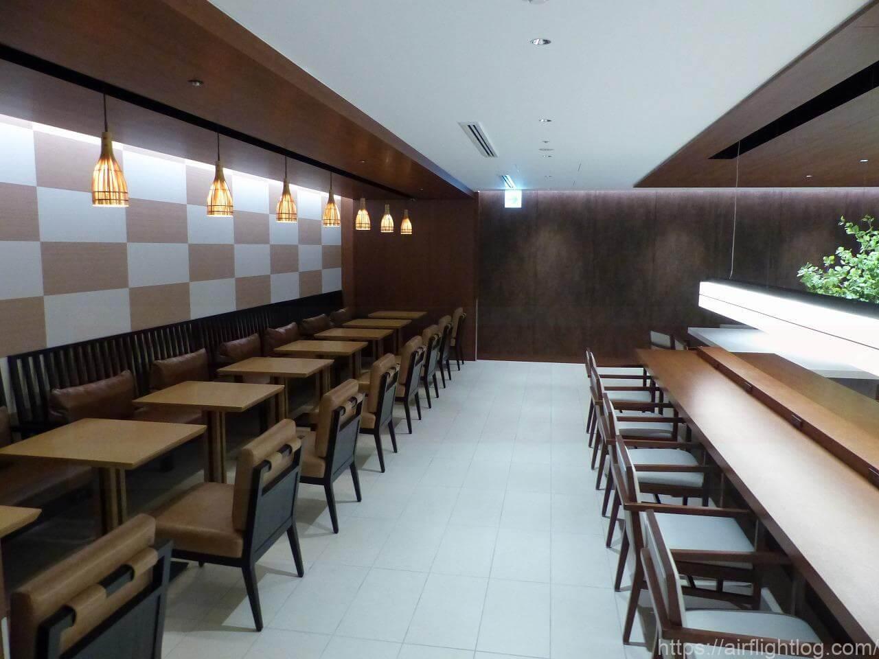 伊丹空港サクララウンジ入口テーブル