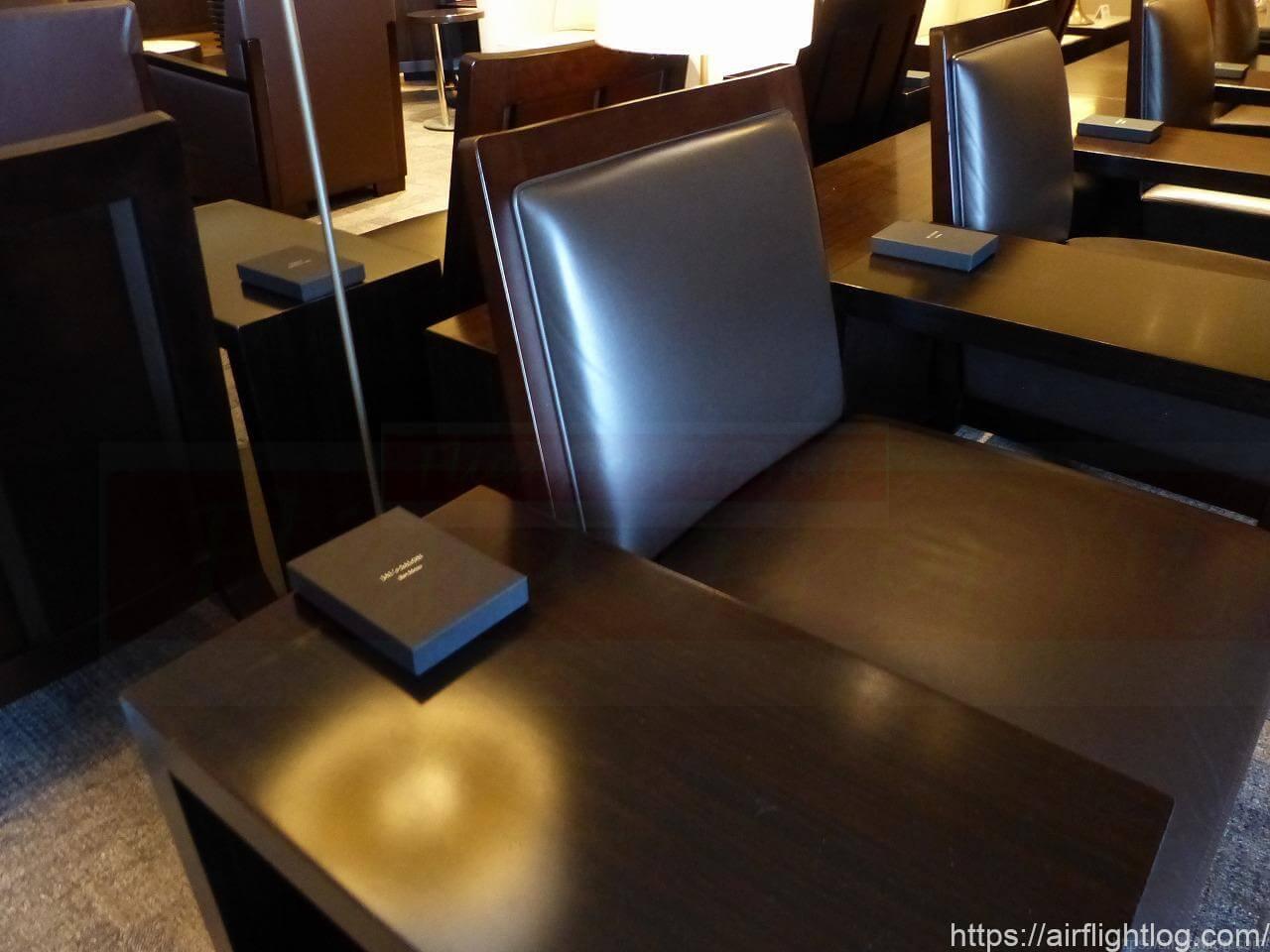JAL成田空港ファーストクラスラウンジ「JAL's salon」テーブル&チェア
